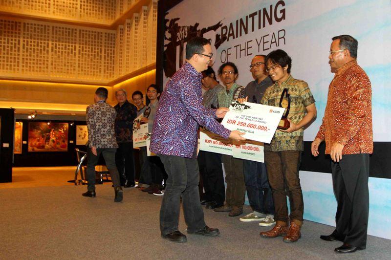 Pengumuman dan pameran peserta kompetisi seni lukis  'UOB Indonesia Painting of the Year' (UOBI POY) 2013 di UOB Plaza, Jakarta.