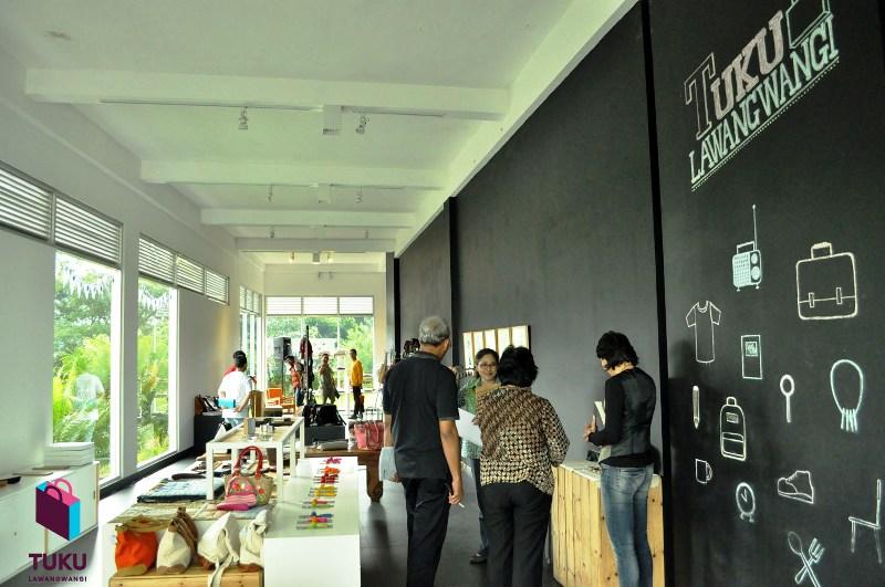 Tuku Lawangwangi, sudut baru bertemunya para desainer dan seniman di Lawangwangi Creative Space, Bandung. Menghadirkan produk-produk kreatif karya desainer dan seniman Indonesia.