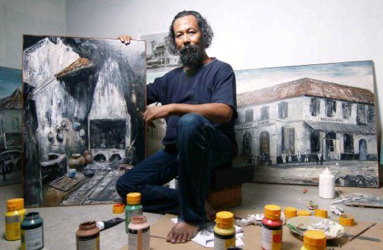 Bayu Wardhana di tengah karya-karyanya hasil program residensi di Kota Tua Jakarta