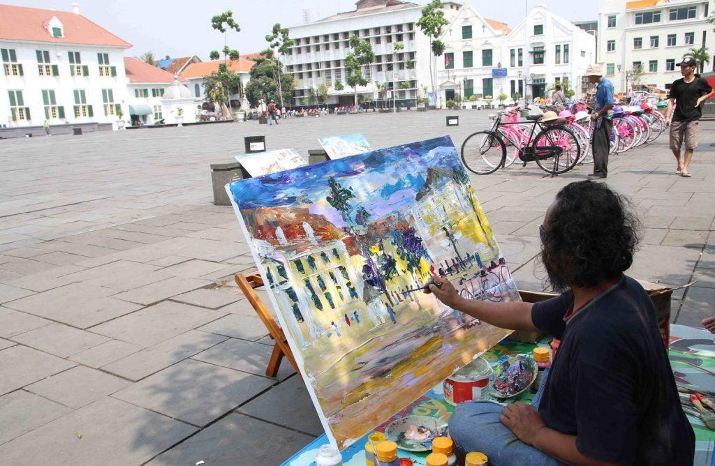 Lukisan pemandangan di sekitar plaza Fatahillah, Kota Tua Jakarta yang dibuat Bayu Wardhana, Rabu, 25 Juni 2015