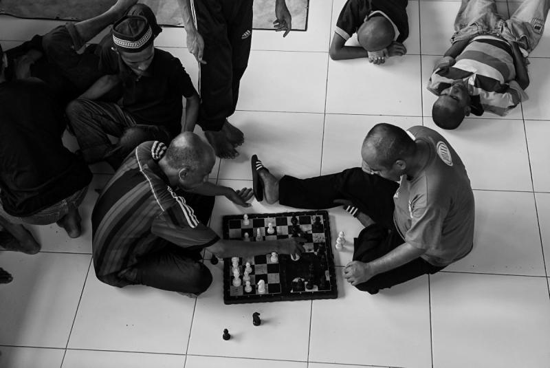 Dalam karyanya, 'No More Pasung', Hafidz Mubarak menampilkan bagaimana hak-hak pasien rehabilitasi jiwa Yayasan Galuh bisa diperhatikan layaknya masyarakat umum, sesederhana hak untuk bermain catur. (Dok. Hafidz Mubarak)
