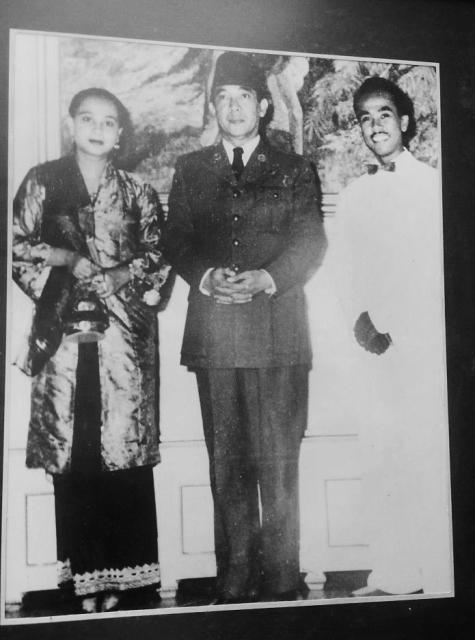 Siti Ainsyah (kiri) dan Boes Effendi (kanan) berfoto dengan Presiden Soekarno