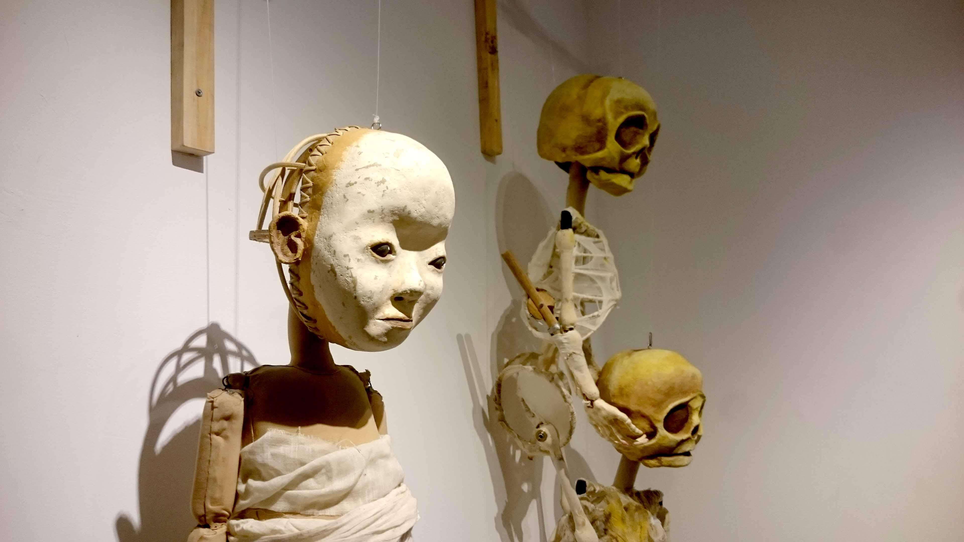 Boneka dalam karya Papermoon Puppet Theatre yang lain juga dipamerkan. (Foto: Renjana Widyakirana)