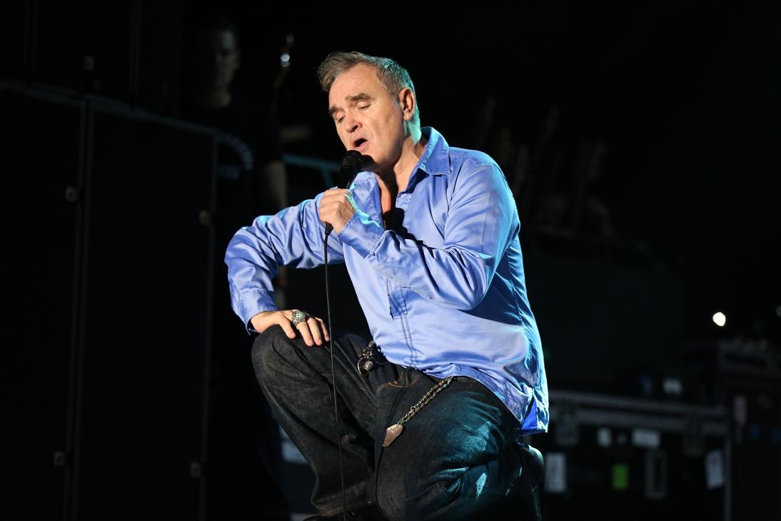 Tampilan Morrissey yang flamboyan menggunakan kemeja satin berwarna biru (Photo: KiosPLAY)
