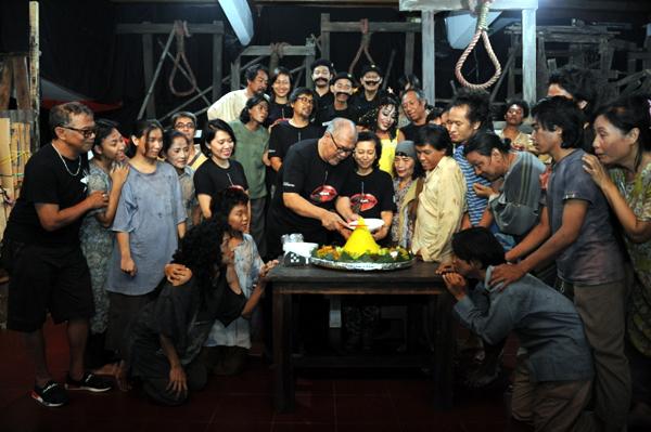 Prosesi potong tumpeng jelang Pentas Opera Kecoa. (Foto: Romli/ pandawafoto.com)