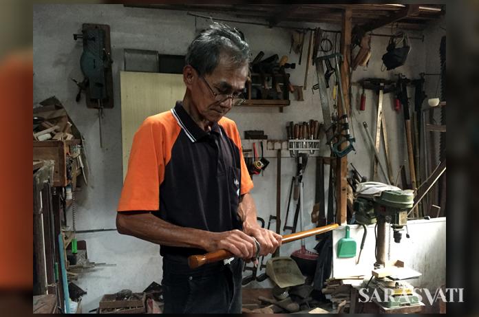 Ashadi di bengkel kerjanya. (Foto: Silvia Galikano)