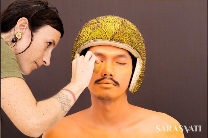 Proses pembuatan karya Enora Lalet di Selasar Sunaryo, Bandung. (Foto: Matthias Lothy)