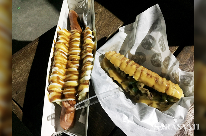 Cheesesteak Philly Style dan Swedish Hotdog, dua menu yang dapat dicoba di Comby Food Corner. (Foto: Silvia Galikano)