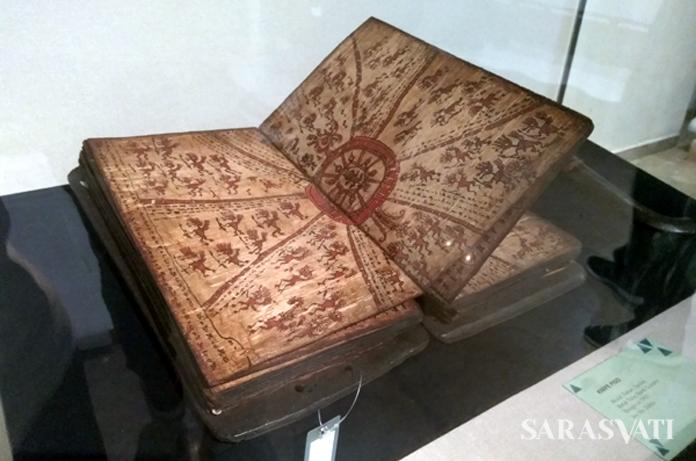 """Pustaha Laklak """"Pangarambui"""", kitab kulit kayu berasal dari Batak Toba sebelum 1940. (Foto: Silvia Galikano)"""