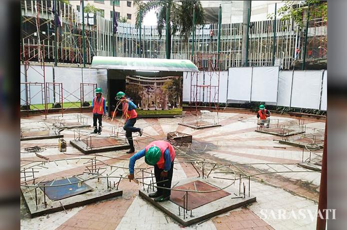 Proses pemasangan instalasi Rampak Sekar karya Yani Mariani Sastranegara di depan Hotel Sheraton Surabaya.