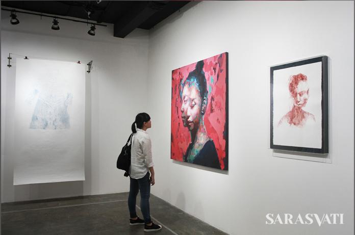 """Pengunjung mengamati karya di pameran bersama """"I too am Untranslatable"""", 15 Juli – 13 Agustus 2017, di RUCI Art Space, Jakarta. (Foto: Jacky Rachmansyah)"""