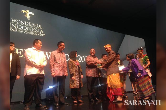 Direktur Utama PT Hotel Indonesia Natour (Persero) Iswandi Said menerima penghargaan dari Menpar RI Arief Yahya. (Dok. HIN)