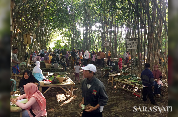 Pasar Papringan didirikan di lahan bambu seluas 2.500 meter persegi. Pasar ini buka disetiap Minggu Wage dan Pon saja, mulai pukul 6 pagi sampai 12 siang. (esapena.wordpress com)