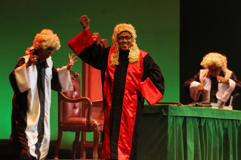 Dewan Pengadilan bersuka cita melaksanakan sidang (Foto: Dok. Yose Riandi)