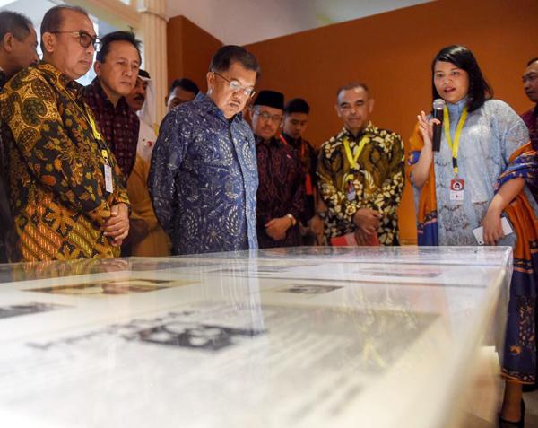 Sally Texania saat pembukaan sebuah pameran di Galeri Nasional Indonesia. (Dok. Sally Texania)