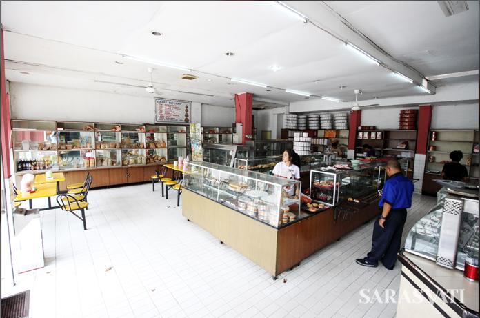 Toko Kue Tegal masih mempertahankan desain interior yang sama sejak 1968. (Foto: Silvia Galikano)