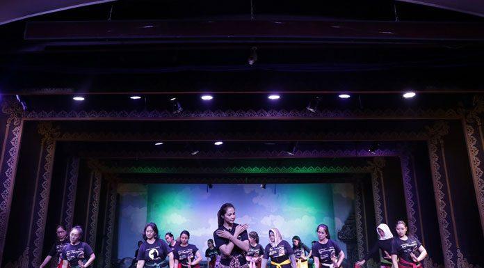 Maudy Koesnadi berperan sebagai Ratu Kalinyamat dalam pagelaran Aryo Penangsang