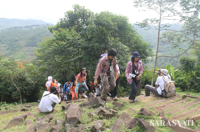 Trekking yang melelahkan namun terbayarkan menuju puncak Gunung Padang