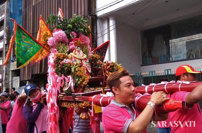 Joli yang digunakan untuk mengarak patung dewa, berhiaskan aneka bunga