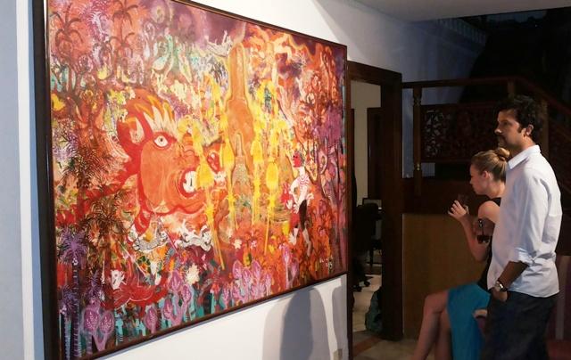 Pengunjung memperhatikan karya Klowor berjudul 'Festival Seni Borobudur' (2013)