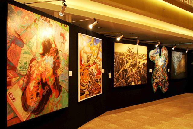 Pengumuman dan pameran karya seniman lukis peserta kompetisi seni lukis  UOB Indonesia Painting of the Year 2013 di UOB Plaza, Jakarta.