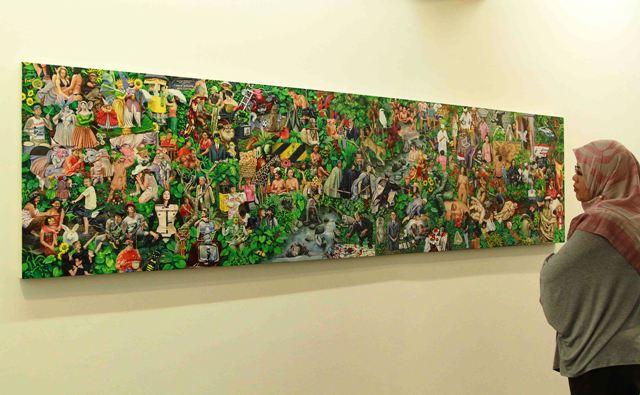 Seorang pengunjung melihat karya Contemporary Art in Paradise Lost dari Gede Mahendra Yasa