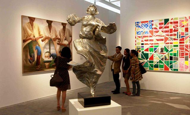 Pengunjung memperhatikan karya seni Ivan Sagita
