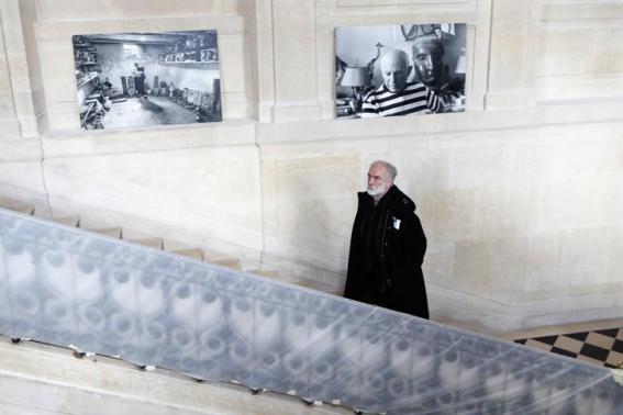 Arsitek Jean-Francois Bodin berjalan melewati tangga saat renovasi Hotel Sale yang dikenal sebagai Museum Picasso di Marais, Paris, 4 Maret 2014.