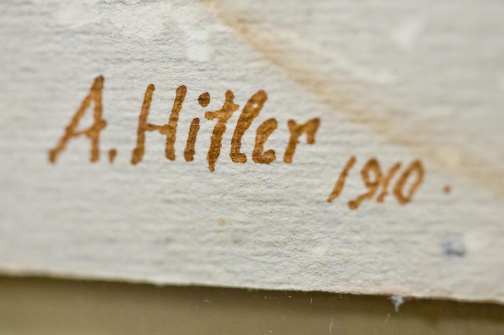 Nama Hitler yang dibubuhkan di bawah lukisan-lukisannya
