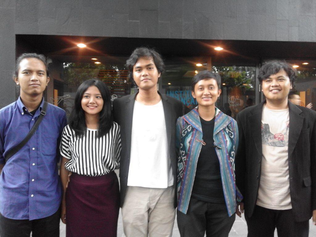Wregas Bhanuteja (tengah) bersama pemain dan kru Film Prenjak/In The Year of Monkey