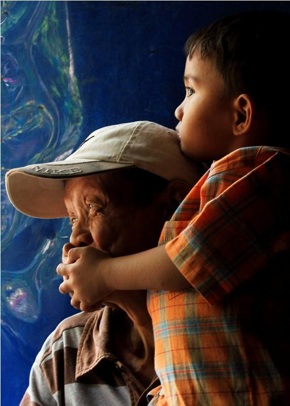 Iskandar, salah satu Orang yang Pernah Mengalami Kusta (OYPMK) di Kampung Kusta, Sitanala, Tangerang, dan anaknya. (Dok. Dwinda Nur Oceani)