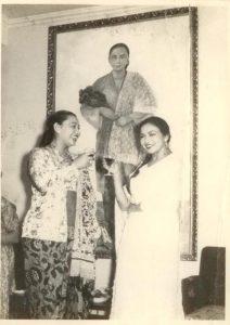 Siti Ainsyah (kiri) berfoto dengan lukisan Diego Rivera. Diperkirakan foto ini diambil tahun 1955, sebab keluarga Effendi tidak lagi bertugas di Meksiko setelah tahun tersebut.