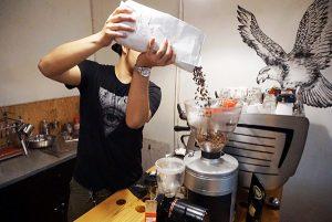 Racikan andalan Godbrewer adalah coffee latte dan cappuccino. (Foto: Dhamarista Intan)