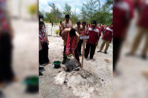 Dirjen Kebudayaan Hilmar Farid menanam pohon mangga saat pembukaan Kemah Budaya Nasional 2016. (Foto Rizaldy Yusuf)