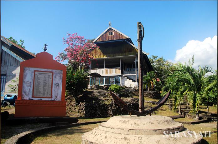 Kamali berlantai 3 di Buton dengan latar depan jangkar kuno, dipercaya dari kapal Portugis. (Foto: Silvia Galikano)