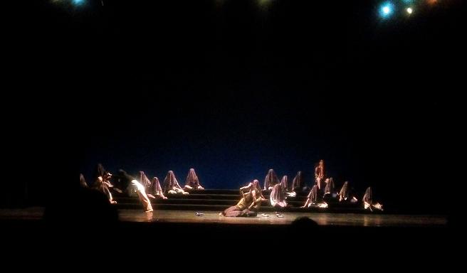 Pergulatan Macbeth dan Banquo (kiri) saat hendak menghabisi Duncan (duduk di kursi). Sosok-sosok rakyat Skotlandia (duduk di sisi Duncan) diperankan paduan suara Voca Erudita dari Universitas Negeri Sebelas Maret, Surakarta.