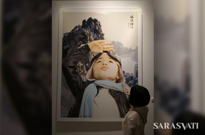 Seorang pengunjung di depan lukisan Menyongsong Harapan karya Tjutju Widjaja. (Foto: Silvia Galikano)