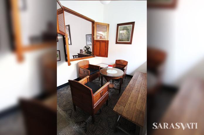 Awalnya perabotan dibawa dari rumah, seperti seperangkat kursi-meja ini dari rumah orangtua Syenny di Kebon Jeruk Jakarta Kota. (Foto: Silvia Galikano)