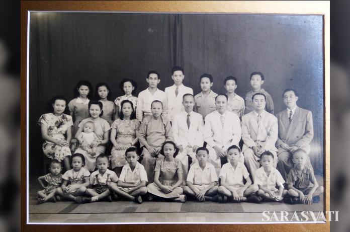Foto keluarga tahun 1950-an, Liauw Tek Sun duduk di tengah berdasi, Deret terdepan: Darmawan Widjaja ke-3 dari kiri pakai suspender, Rudy ke-2 dr kanan. (Dok. Syenny Widjaja)