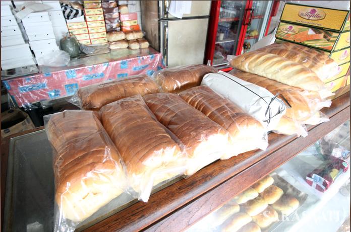 Roti tawar Delicieus yang sudah dipotong dikemas dalam plastik, sedangkan yang masih utuh dibungkus kertas putih. (Foto: Silvia Galikano)