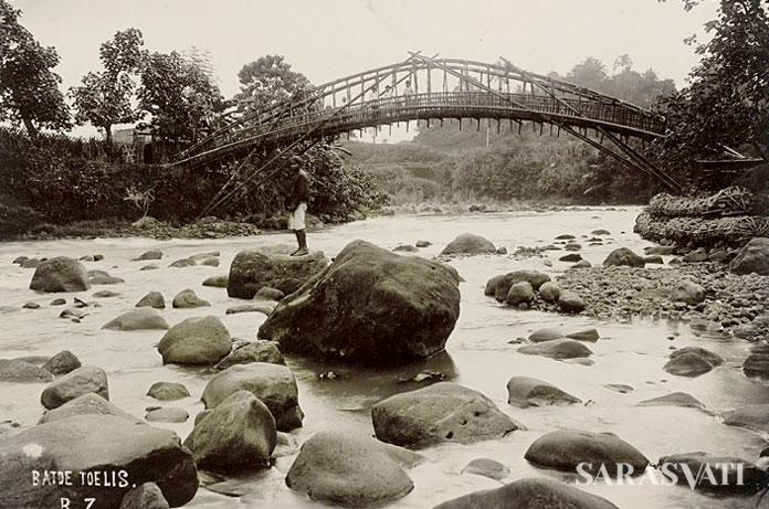 Jembatan bambu di Wonosobo pada tahun 1910 memperlihatkan aplikasi sistem tensil yang merupakan teknologi paling mutakhir saat itu