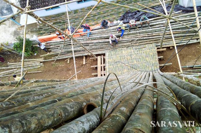 Pendampingan dalam proses pengawetan bambu pada proyek gereja bambu di Dusun Jengger, Kabupaten Malang oleh ASF