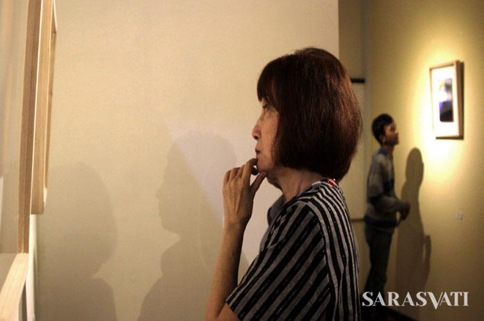 Melani W. Setiawan menikmati salah satu karya Doni Fitri