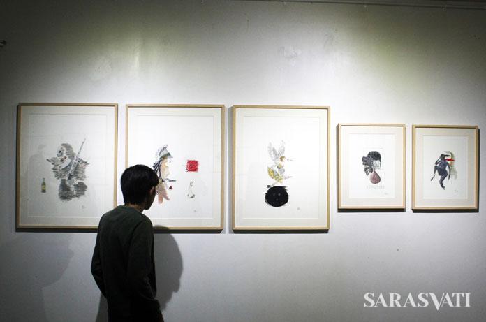 Pengunjung mengamati karya-karya Goenawan Mohamad