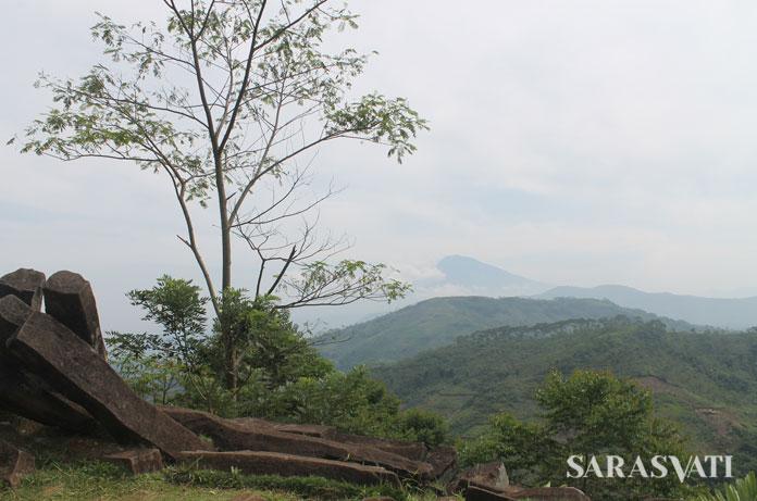 Pemandangan dari ketinggian Situs Gunung Padang