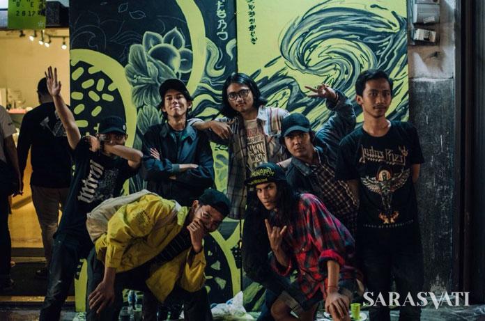 Beberapa representatif siswa dari sekolah seni yang juga bergabung membuat mural