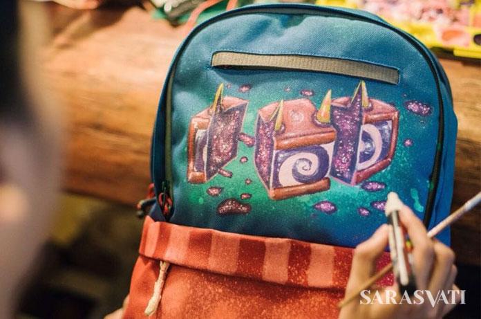 Salah satu seniman melakukan custom bag