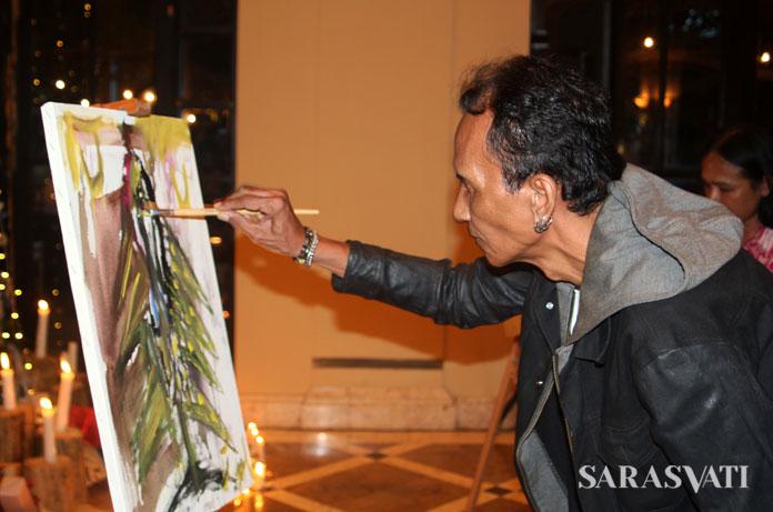 Live painting oleh seniman Alie Gopal pada acara pembukaan pameran