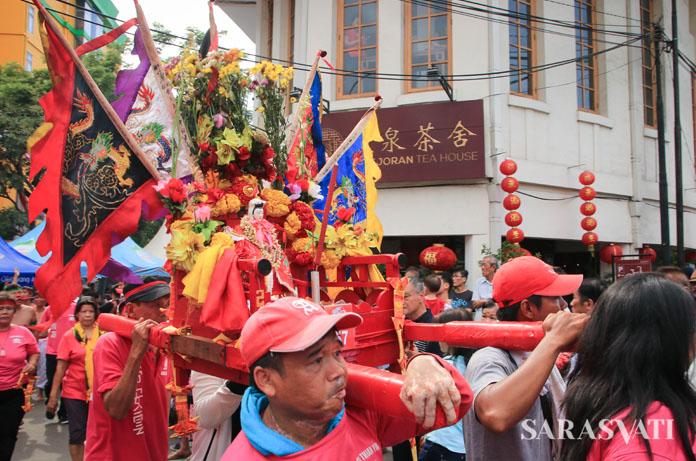 Arak-arakan Joli Dewa saat perayaan Cap Go Meh